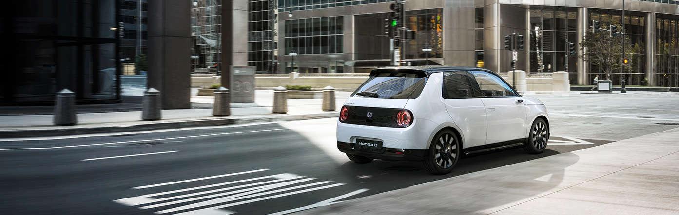 Der Honda e bei Auto Stahl ist Honda´s erstes vollelektrisches Fahrzeug, hier in der Heckansicht auf einer Straße