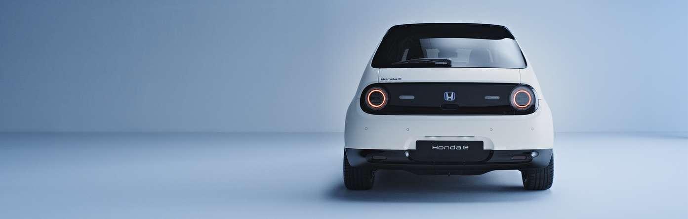 Der Honda e bei Auto Stahl ist Honda´s erstes vollelektrisches Fahrzeug, hier in der Heckansicht