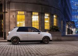 Der Honda e bei Auto Stahl ist Honda´s erstes vollelektrisches Fahrzeug, hier in der Seitenansicht auf einer Straße
