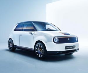 Der Honda e bei Auto Stahl ist Honda´s erstes vollelektrisches Fahrzeug, hier in der schrägen Seitenansicht