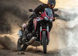Honda Africa Twin 2020 bei Auto Stahl Seitenansicht Wüste