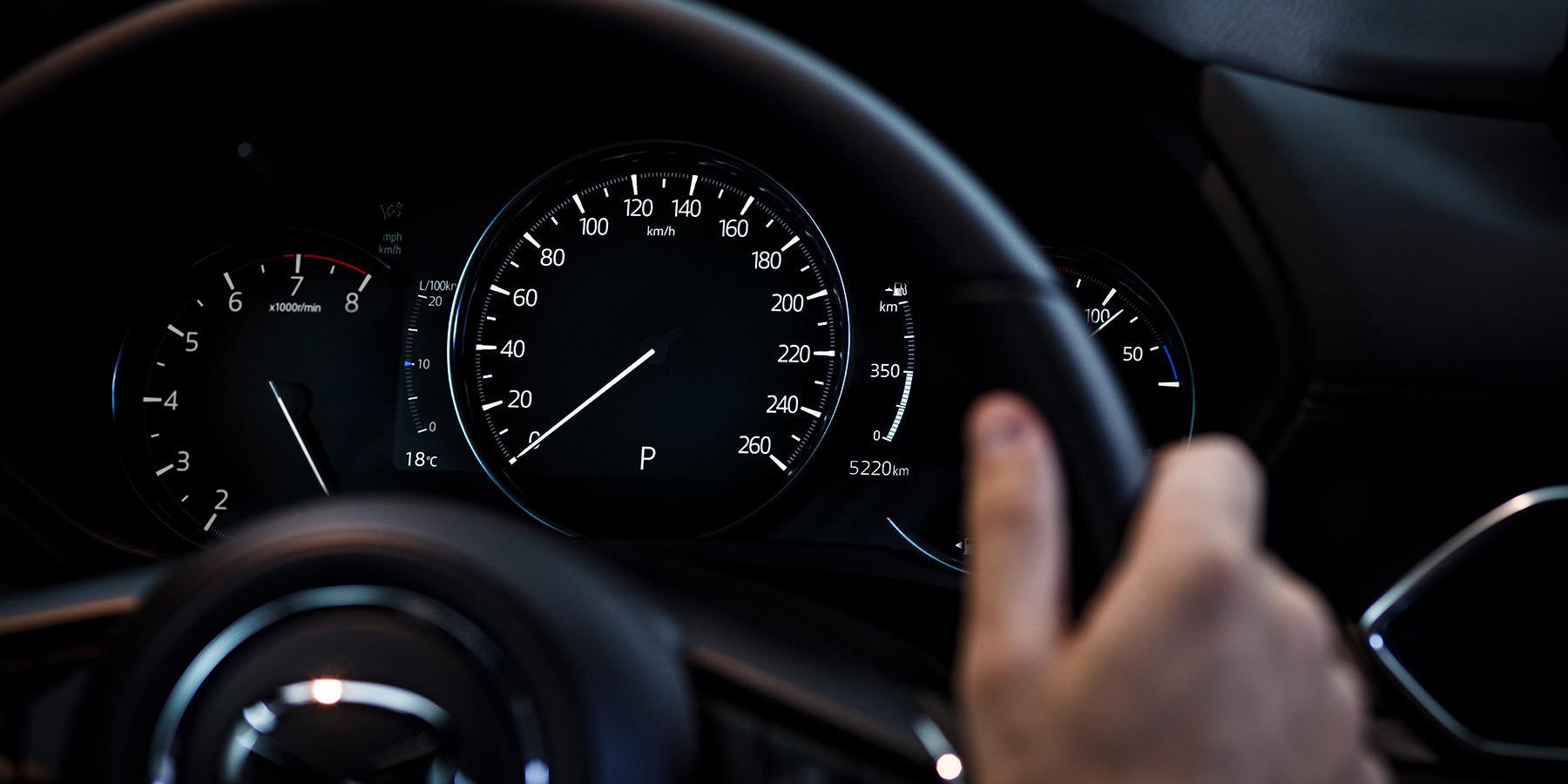 Mazda MX-5 Modellabbildung, Blick aus dem Fahrercockpit in der Nacht, Tachometeranzeige