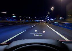 Mazda MX-5 Modellabbildung, Blick aus dem Fahrercockpit in der Nacht, Tachometeranzeige auf der Frontscheibe
