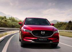 Mazda MX-5 Modellabbildung frontal in Fahrt auf einer Schnellstraße, Modellfarbe rot