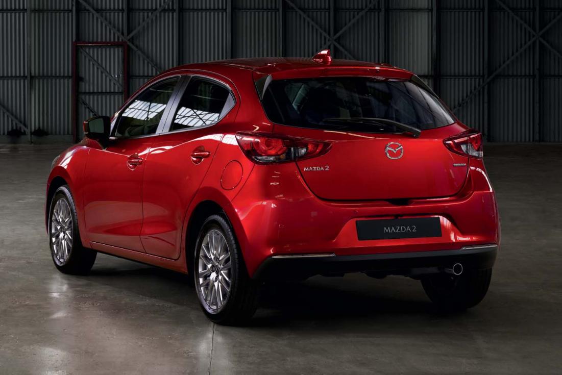 Mazda 2 Modellabbildung in der Modellfarbe rot in schräger Heckansicht
