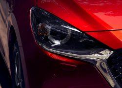 Mazda 2 bei Auto Stahl Modellabbildung in der Modellfarbe rot in Detail Frontansicht