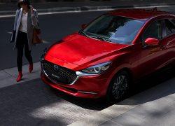 Mazda 2 bei Auto Stahl Modellabbildung in der Modellfarbe rot in schräge Frontansicht