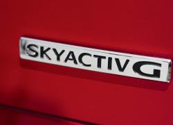 Mazda 2 Modellfarbe rot, Skyactiv G Emblem