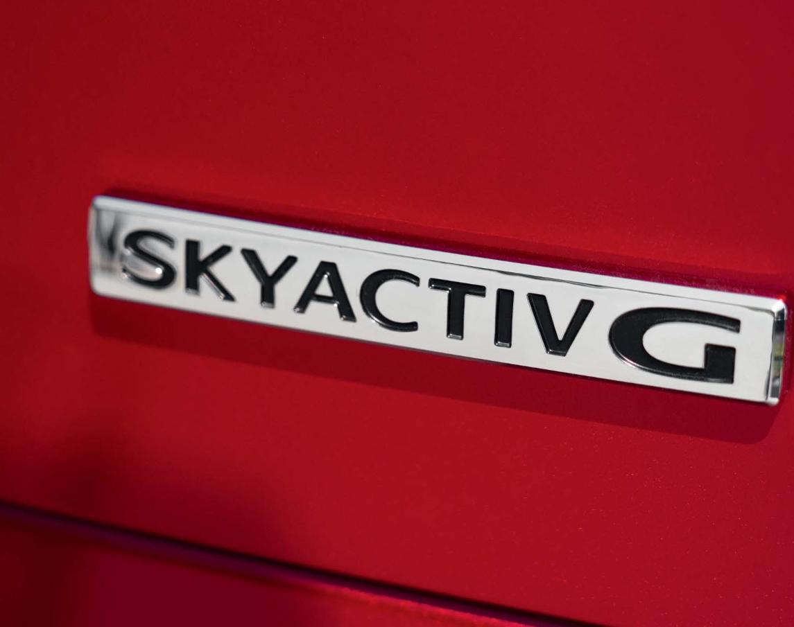 Mazda 2 bei Auto Stahl Modellfarbe rot, Skyactiv G Emblem