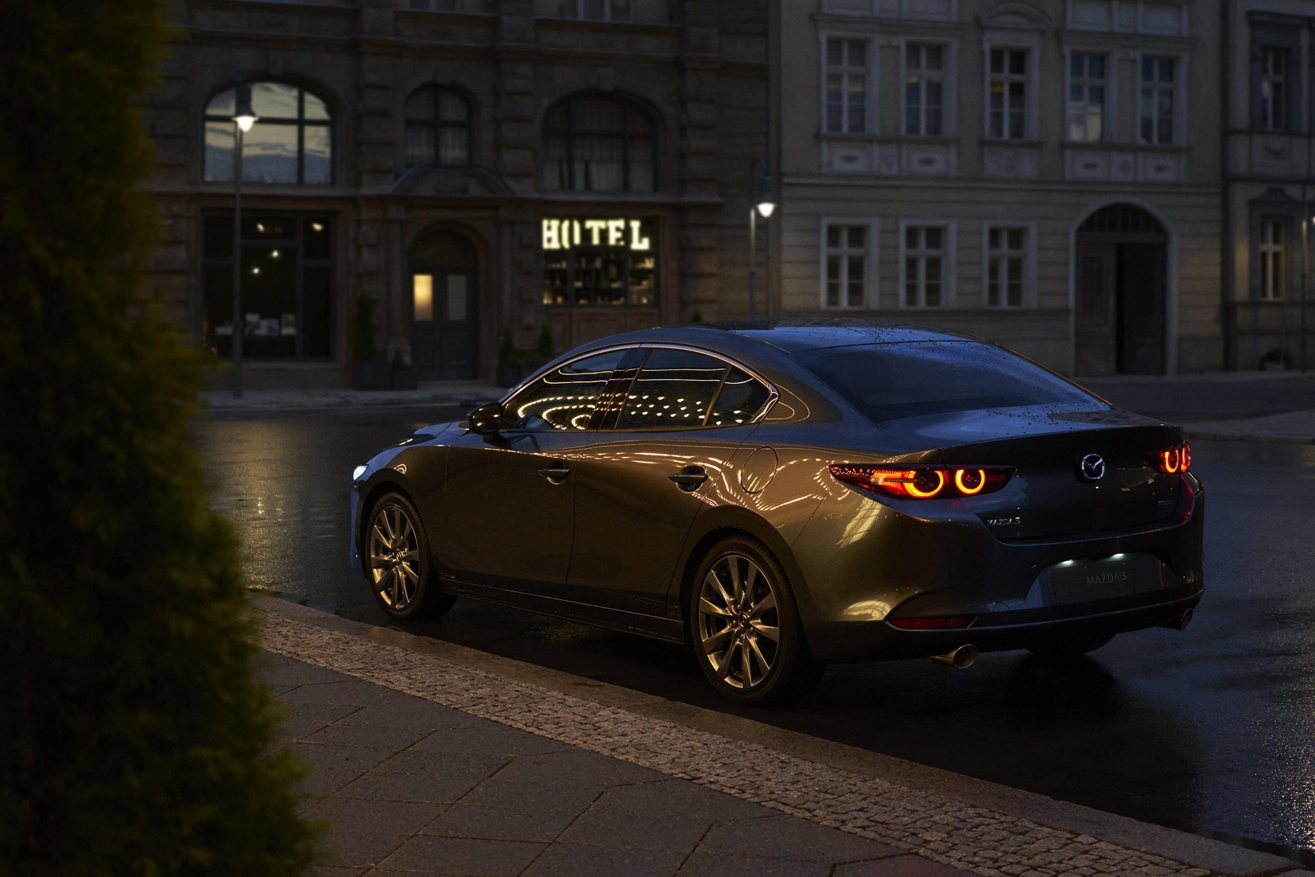 Mazda3 Sedan schräge Heckansicht auf dunkler Straße