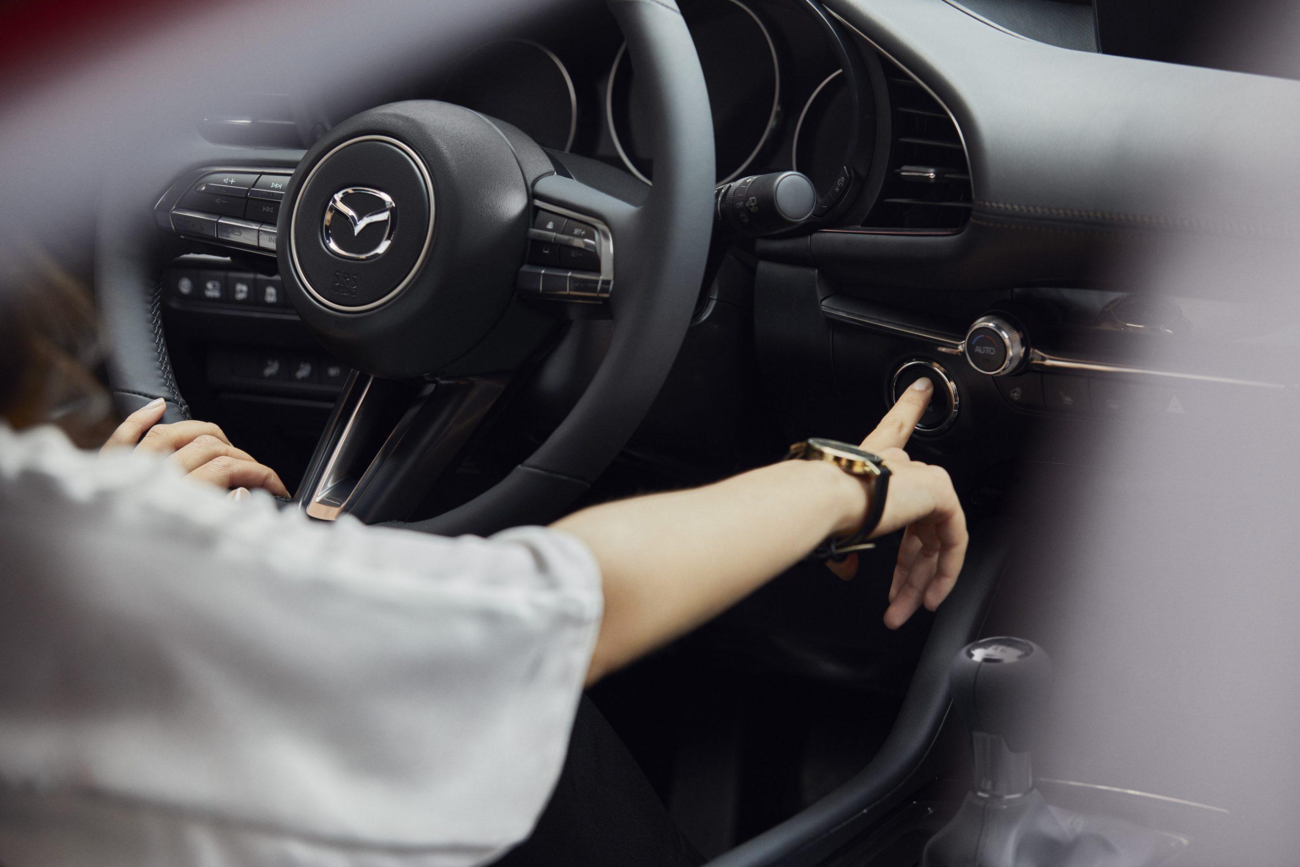Mazda3 Sedan Innenansicht mit Fahrerin