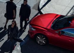 Mazda6 Modellabbildung in Flugperspektive mit Menschen, Modellfarbe rot