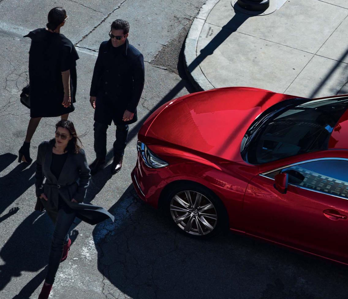 Mazda6 Auto Stahl Modellabbildung in Flugperspektive mit Menschen, Modellfarbe rot