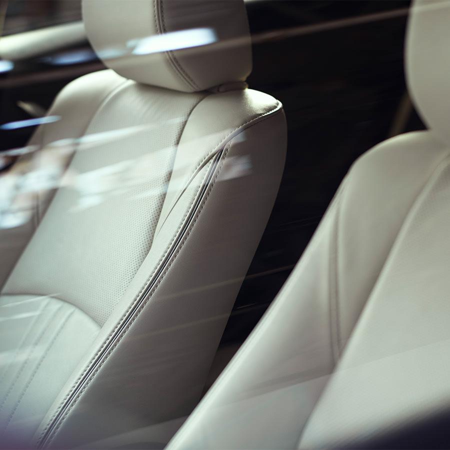 Mazda CX-3 bei Auto Stahl Innenraumansicht Detail der grauen Ledersitze
