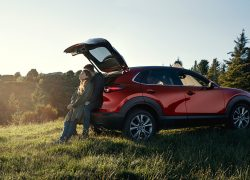 Mazda CX-30 bei Auto Stahl Stimmungsbild, Mann und Frau am geöffneten Kofferraum lehnend