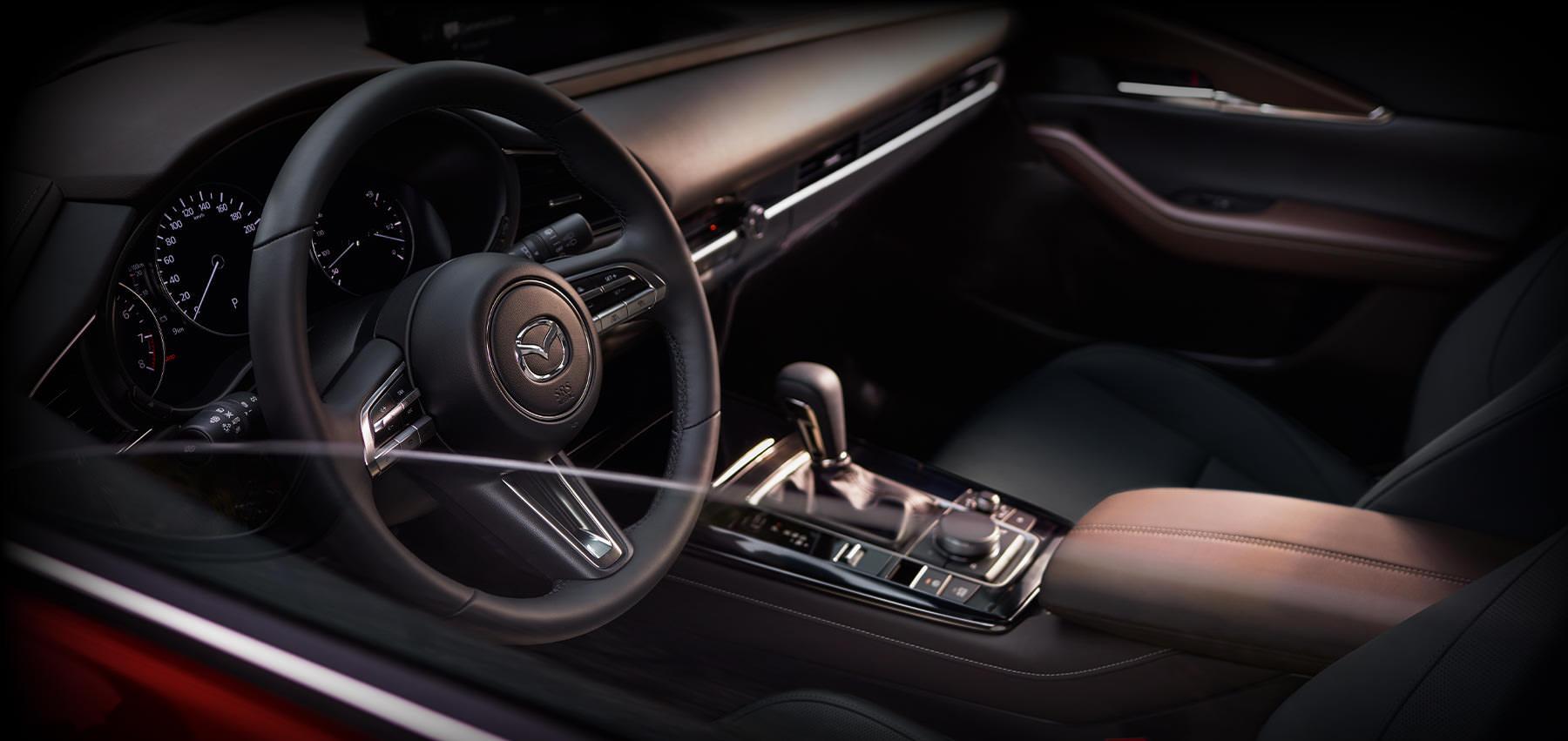 Mazda CX-30 bei Auto Stahl Modellabbildung, Innenansicht auf das Fahrercockpit, Innenraumfarbe mocca