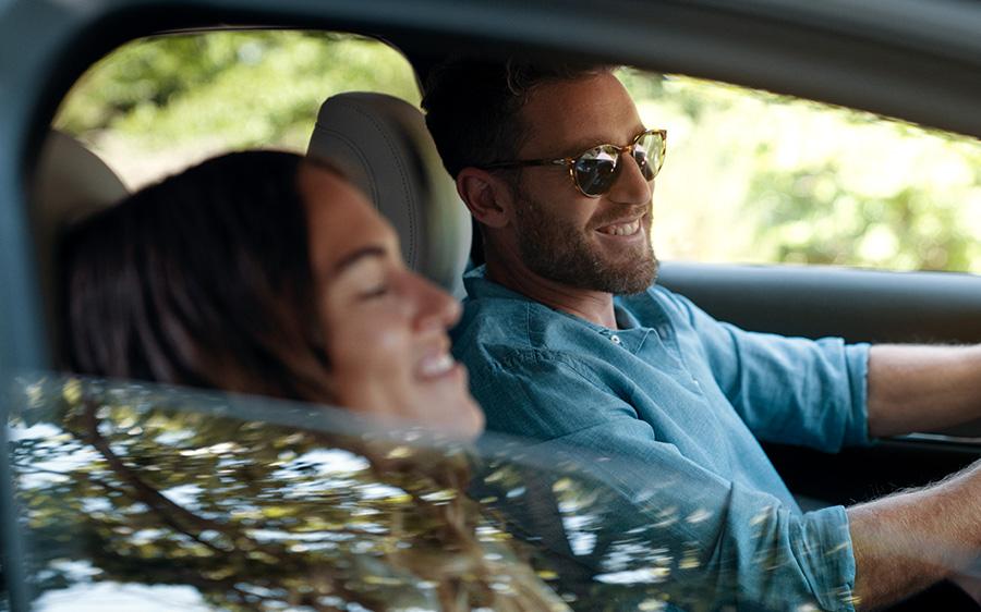 Mazda CX-30 bei Auto Stahl Stimmungsbild, Mann und Frau im Wagen lächelnd