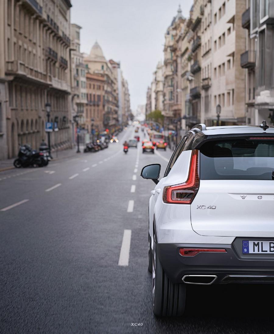 Volvo XC40, urbane Umgebung, Modellfarbe weiß, Heckansicht