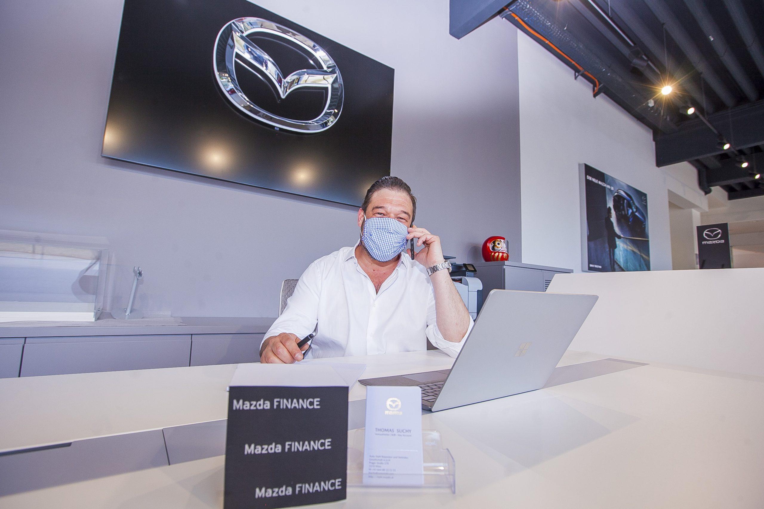Verkaufsleiter Thomas Suchy im neuen Mazda Schauraum bei AUTO STAHL