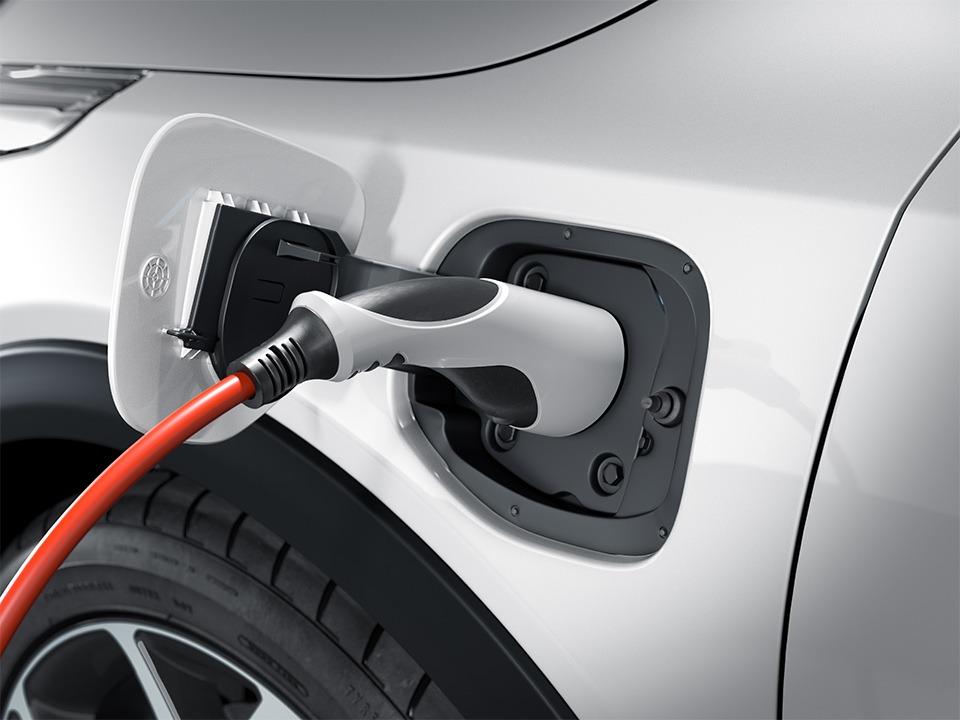 Kia XCeed Plug-in Hybrid bei Auto Stahl Seitenansicht beim Laden