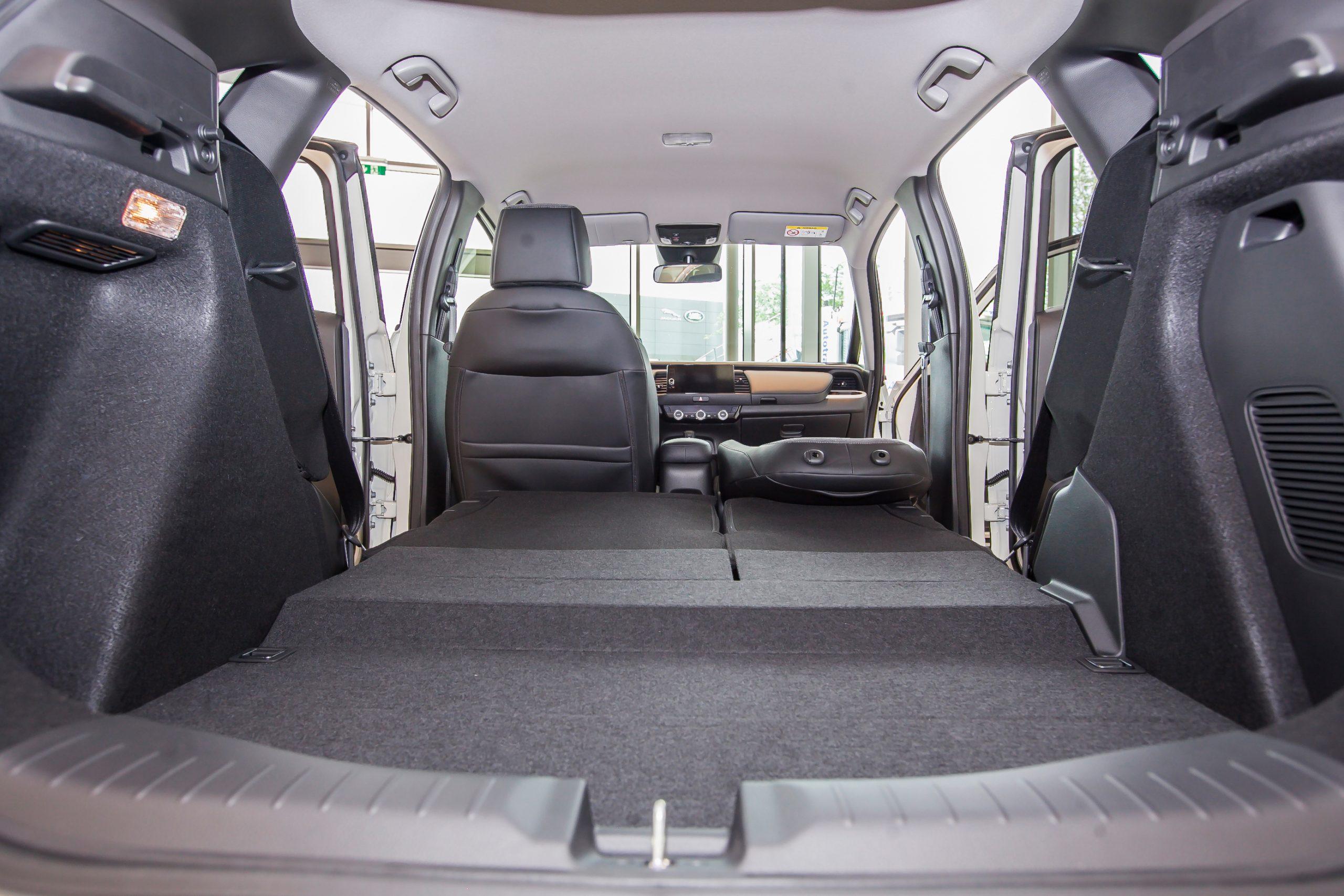 Foto des neuen Honda Jazz e:HEV und Crosstar e:HEV mit Verkaufsleiter Georg Kellner am AUTO STAHL Standort Wien 23