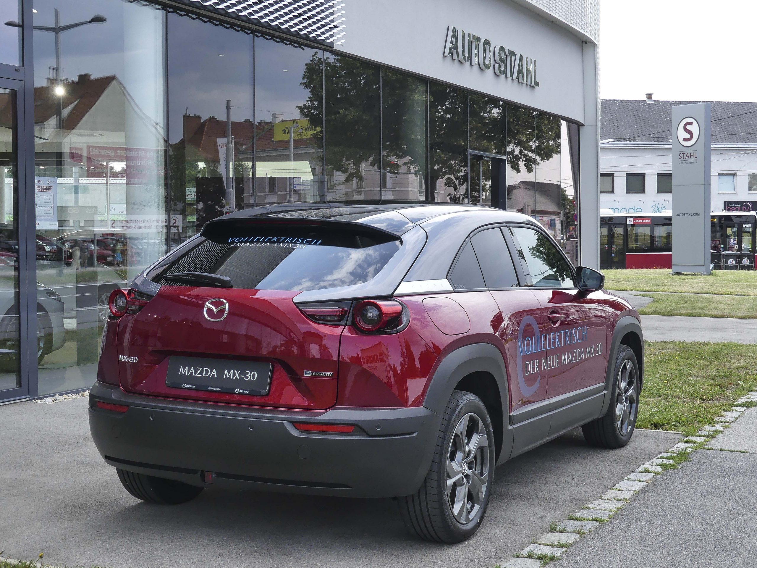Mazda MX-30 bei AUTO STAHL, Ansicht vom Heck vor dem Schauraum in der Pragerstraße 278