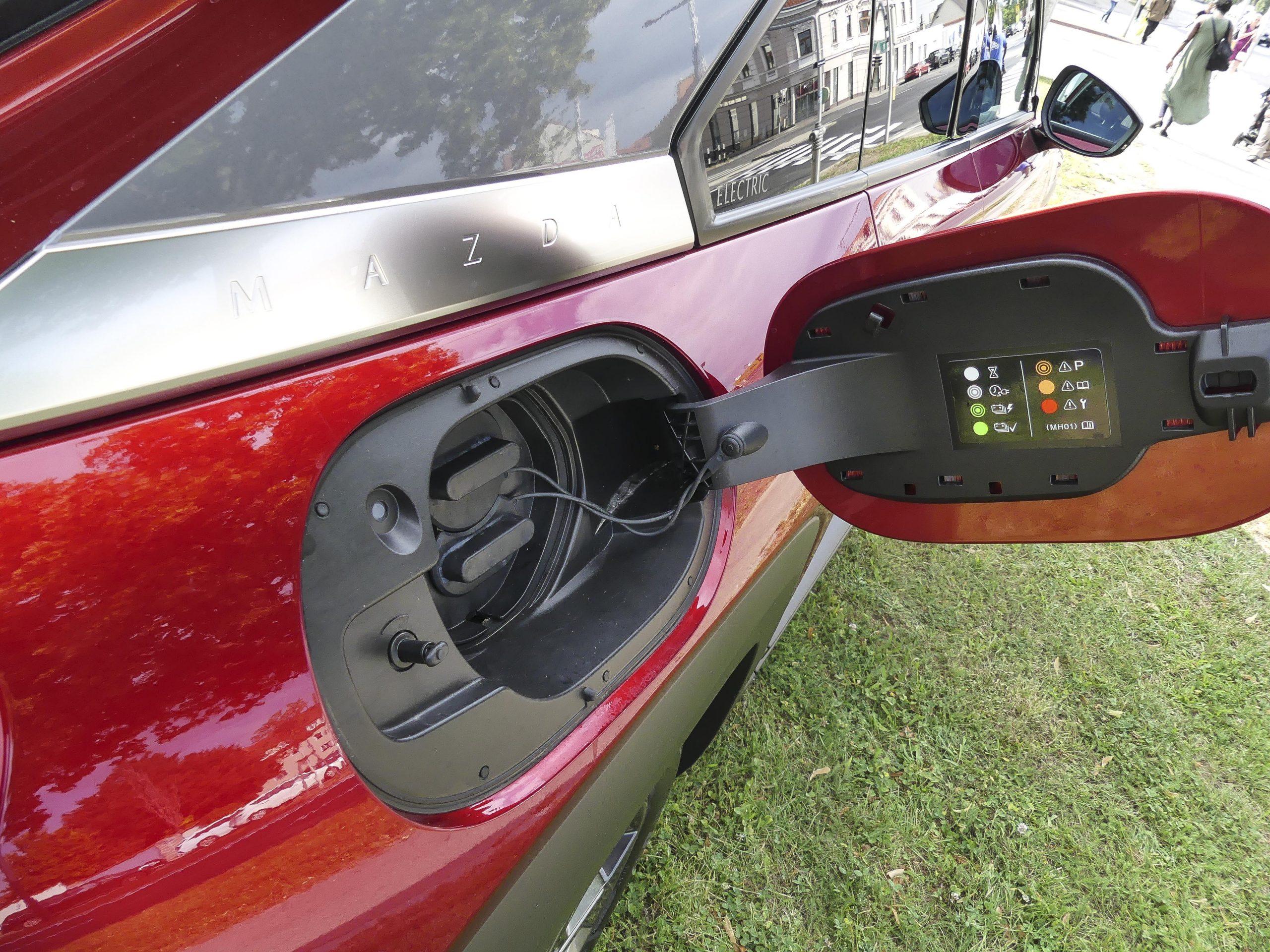 Mazda MX-30 bei AUTO STAHL, Ansicht vom E-Tankdeckel