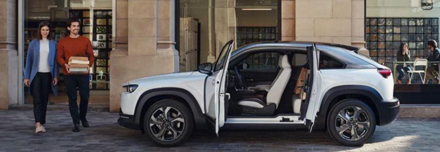 Mazda MX-30 bei Auto Stahl Seitenansicht offene Türen