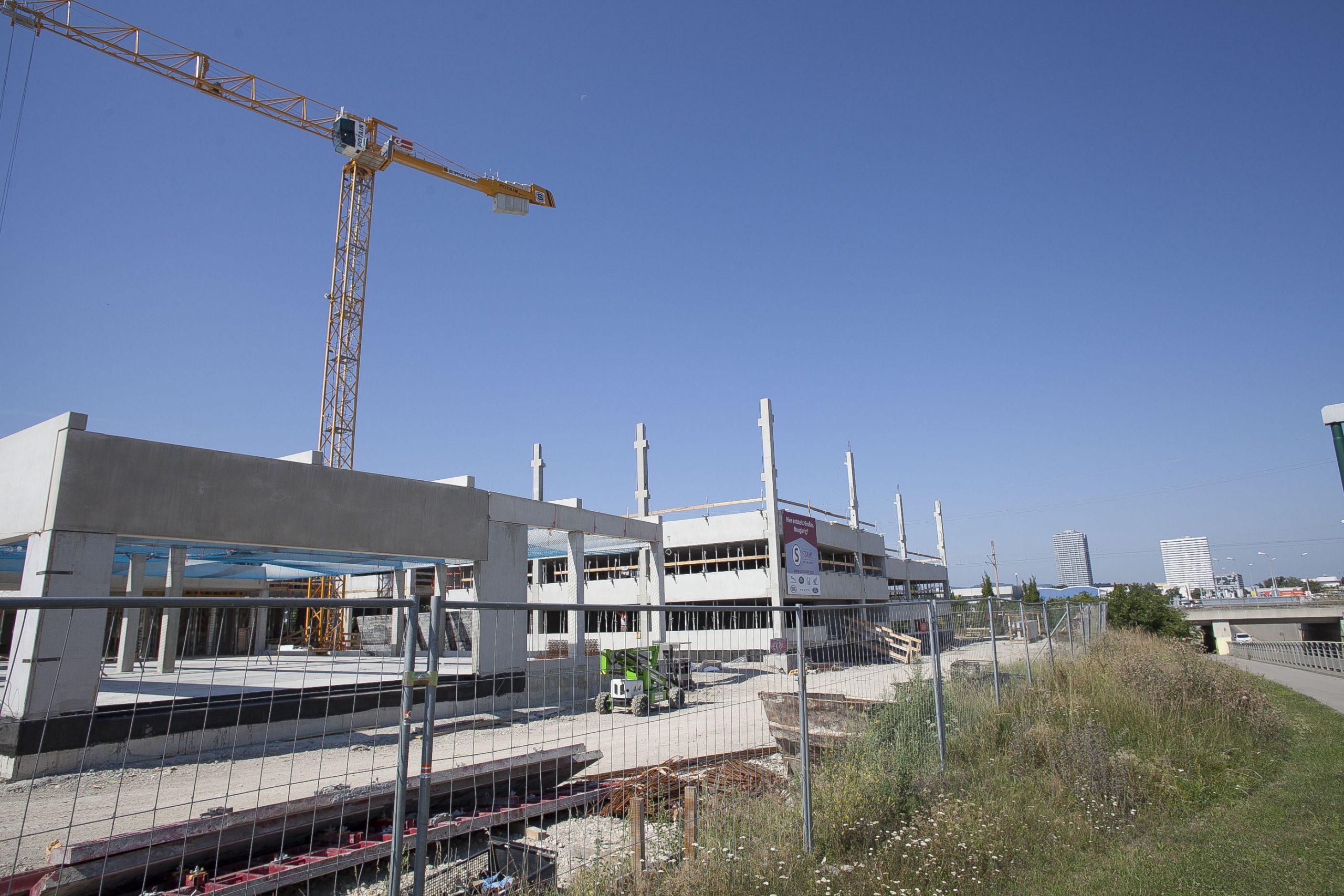 AUTO STAHL Wien 22, Außenansicht der Außenanlage mit Blick vom Rautenweg, September 2020