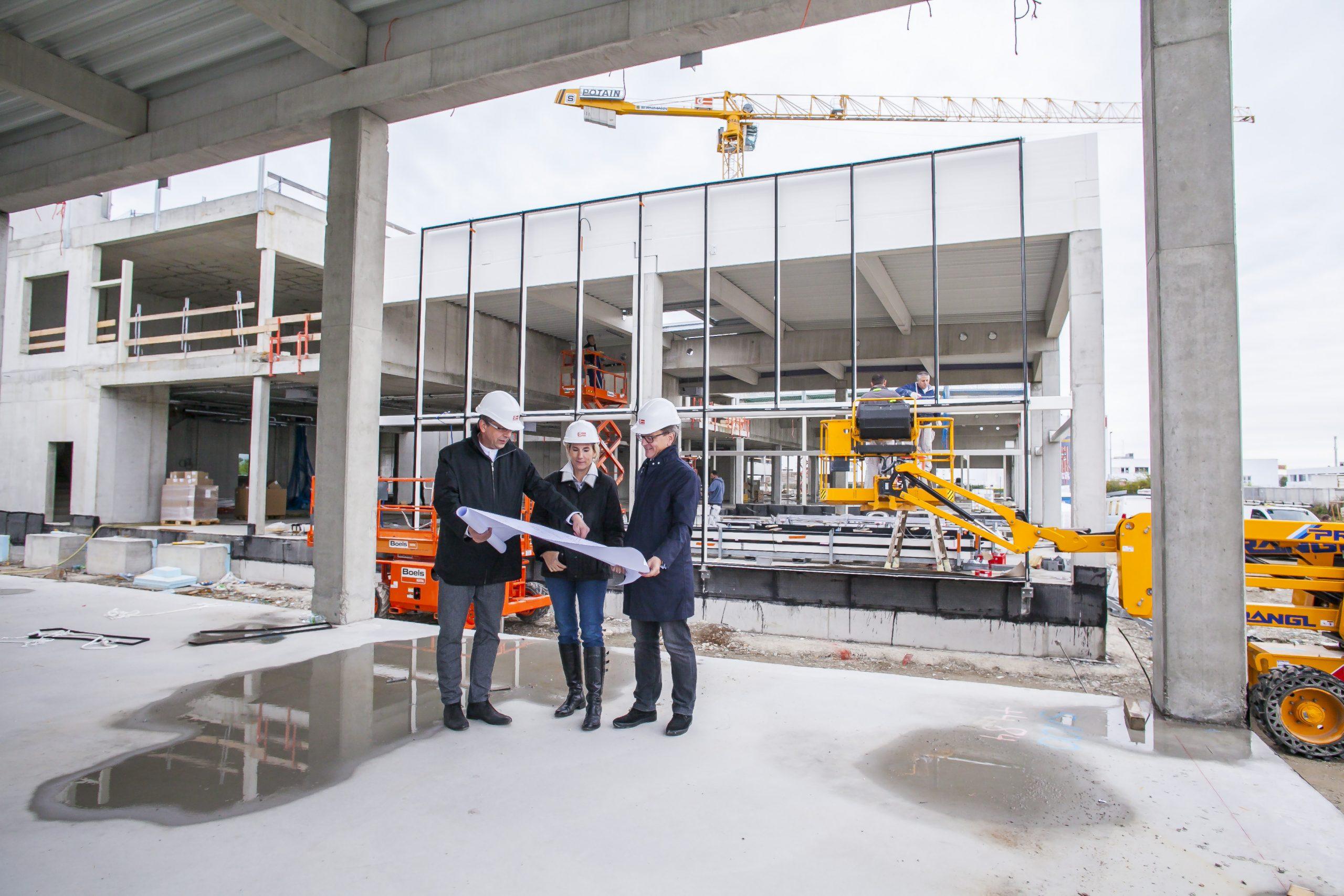 Baustellenbegehung mit DI Bernhard Hamann (Architekt), Mag. Isabella Keusch, MAS und Ing. Gernot Keusch in der Schillingstraße 4