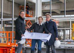 DI Bernhard Hamann (Architekt) mit Mag. Isabella Keusch, MAS & Ing. Gernot Keusch auf der Baustelle