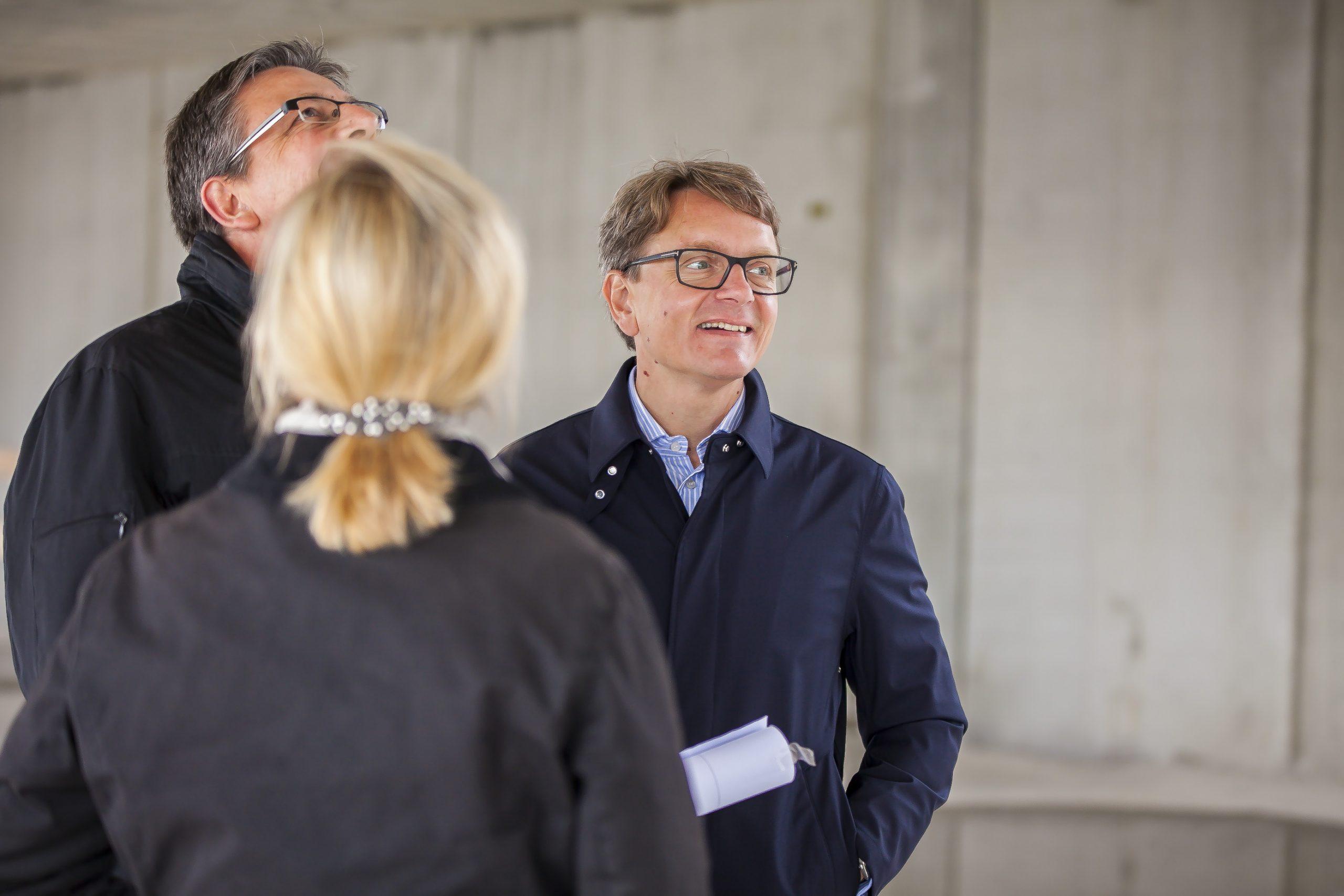 AUTO STAHL Wien 22 | Mag. Isabella Keusch, MAS mit DI Bernhard Hamann (Architekt) und Ing. Gernot Keusch auf der Baustelle