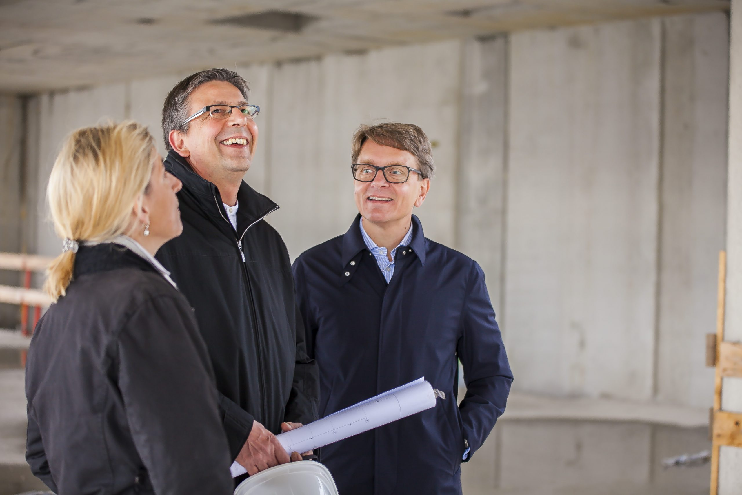 Mag. Isabella Keusch, MAS mit DI Bernhard Hamann (Architekt) und Ing. Gernot Keusch auf der Baustelle
