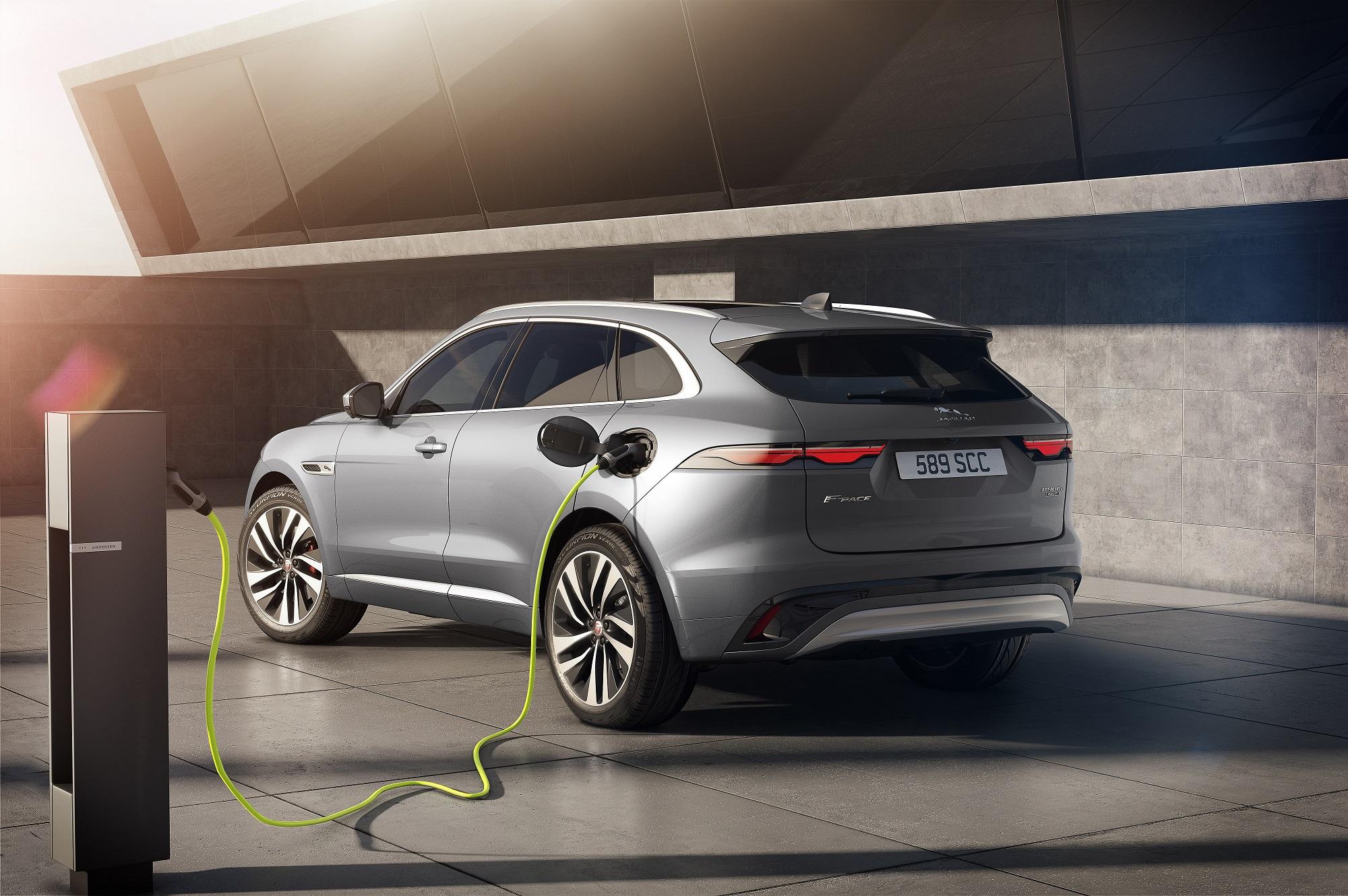 Auto Stahl der neue Jaguar F-Pace beim Laden
