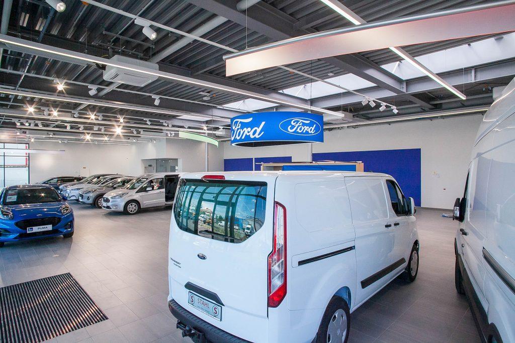 Auto Stahl Wien 22 Ford Schauraum mit PKWs und Nutzfahrzeugen